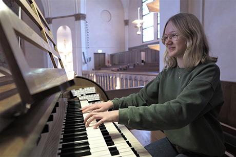 Elvira Linderoth Segelsbo fick i år Sofia församlings musikstipendium. Hon blev lite förvånad eftersom hon inte såg sig själv som en av kandidaterna. Foto: Michelle Öhman