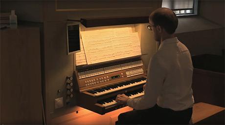 Organisten Linus Landgren spelade nyligen in en Bach-konsert i Alingsås kyrka för lyssning i hemmasoffan. Foto: GOIA