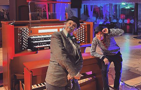 Herr Snällström (Lotta Regnell Jansson) och kyrkomusikern Lo Bringeland förbereder sig för orgeldansen. Foto: Svenska kyrkans musikskola i Mölndal