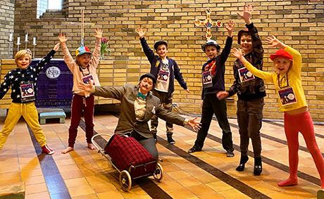 """Herr Snällström lärde barnen lite olika """"moves"""". Foto: Svenska kyrkans musikskola i Mölndal"""