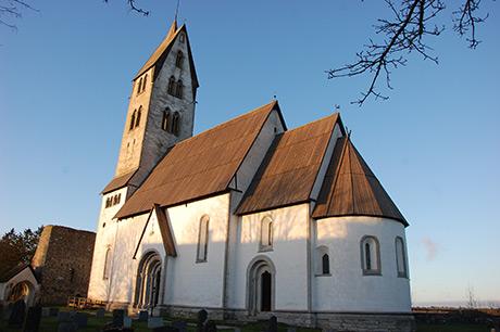 Gothems kyrka på västra sidan av Gotland betraktas som en av de ståtligaste kyrkorna på Gotland. De äldsta delarna, koret med absid och sakristia är från mellan 1100-talets slut. Foto: Katarina Ridderstedt